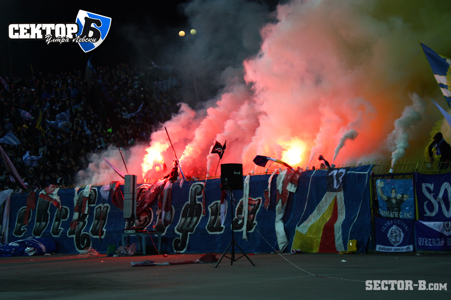 Ultras Choreos (Pyro, Flags, Smokes) - Page 6 Klz1321430340q