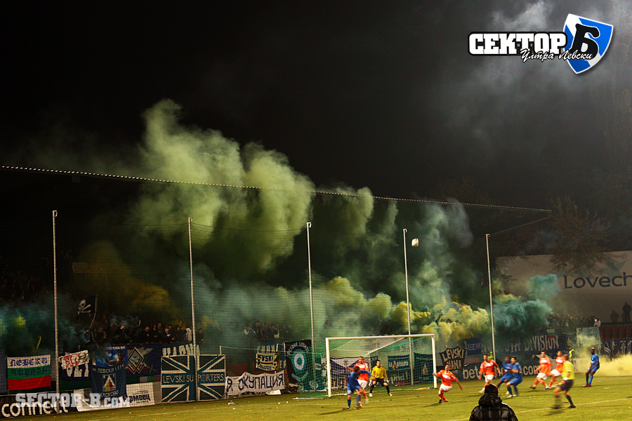 Ultras Choreos (Pyro, Flags, Smokes) - Page 6 Rgh1321430253e