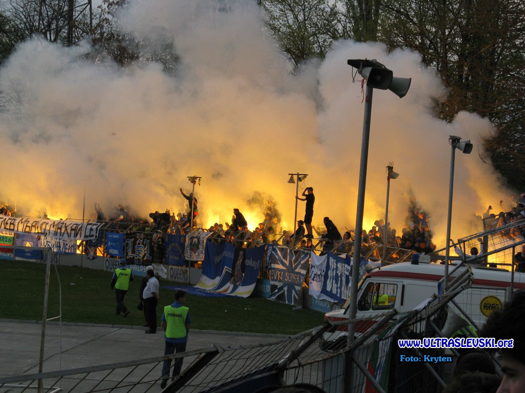 Ultras Choreos (Pyro, Flags, Smokes) - Page 6 Viu1321430467s
