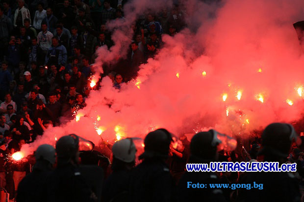 Ultras Choreos (Pyro, Flags, Smokes) - Page 6 Viu1321430866l